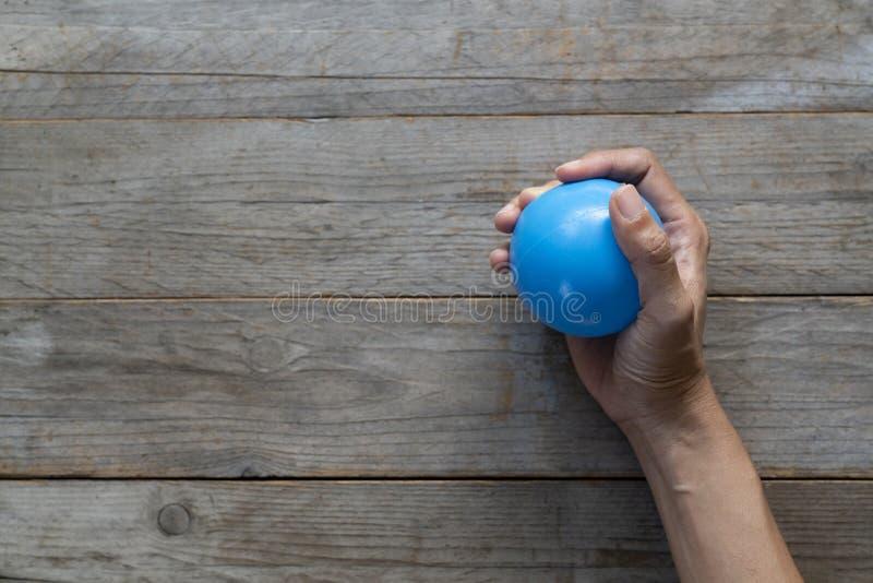 Ręki kobieta gniesie stres piłkę obraz royalty free