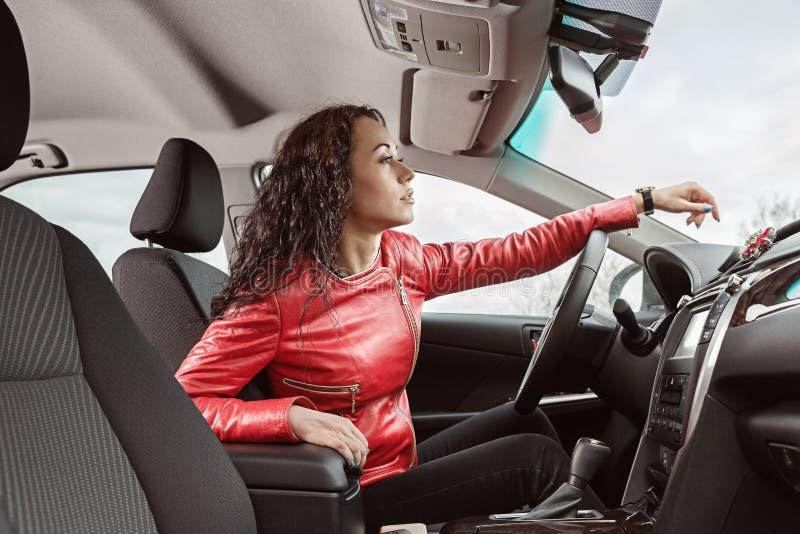 Ręki kobieta na kierownicie samochód zdjęcie stock