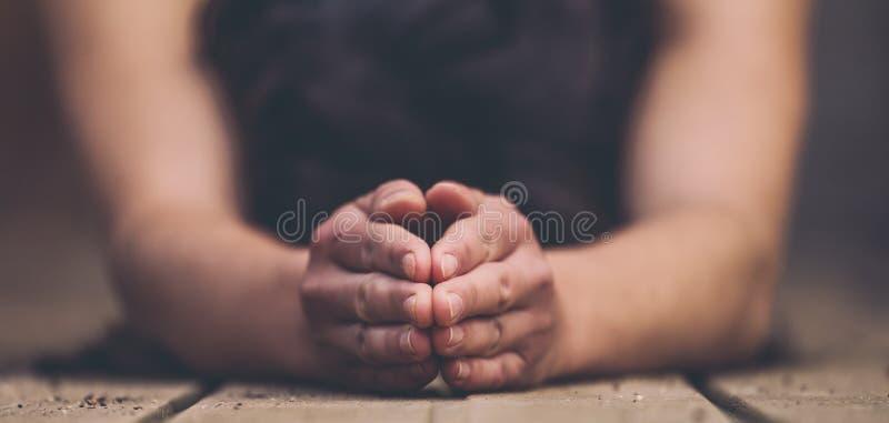 Ręki kobieta robi joga zamyka w górę obrazy stock