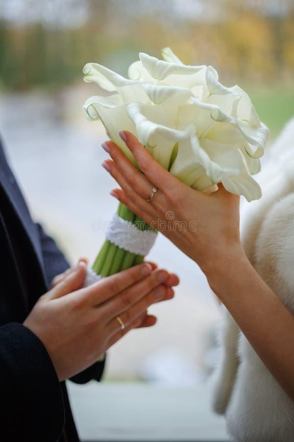 Ręki kochanka utrzymania kwiaty obraz stock