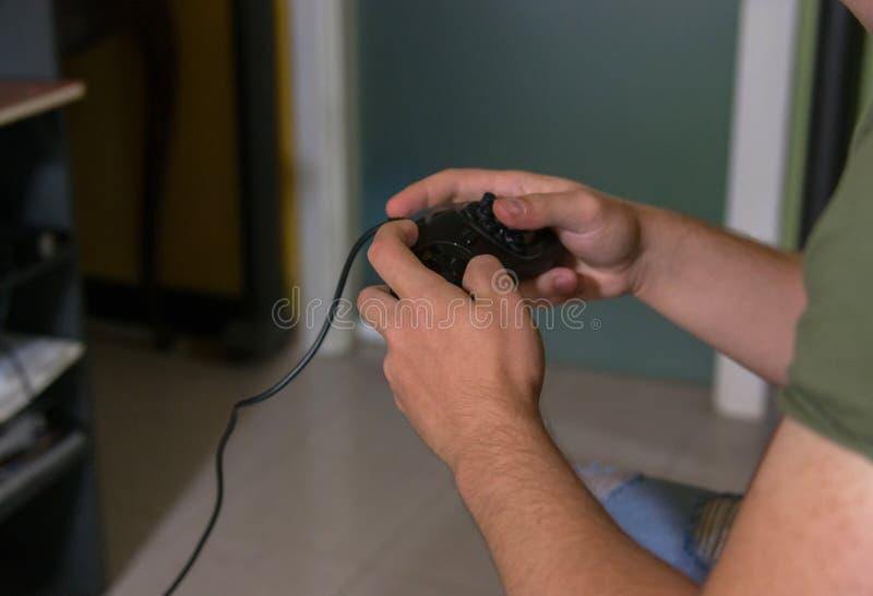 Ręki kontrolują joystick dla gry zdjęcia royalty free