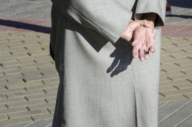 Ręki krzyżować z tyłu starej kobiety obrazy royalty free