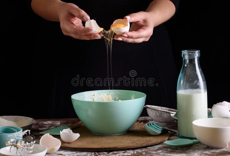 Ręki kucharz na ciemnym tle ugniatają ciasto Proces robić deserowi zdjęcia stock