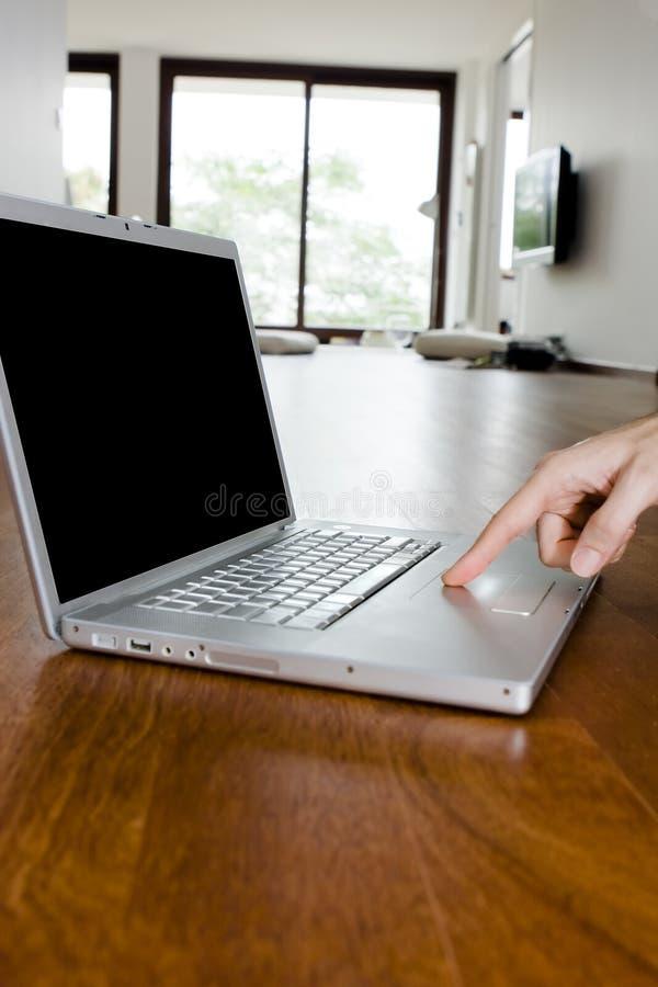 ręki laptopu samiec nowożytna fotografia stock