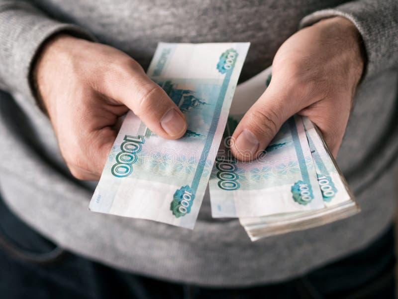 Ręki liczy ruble zdjęcia royalty free