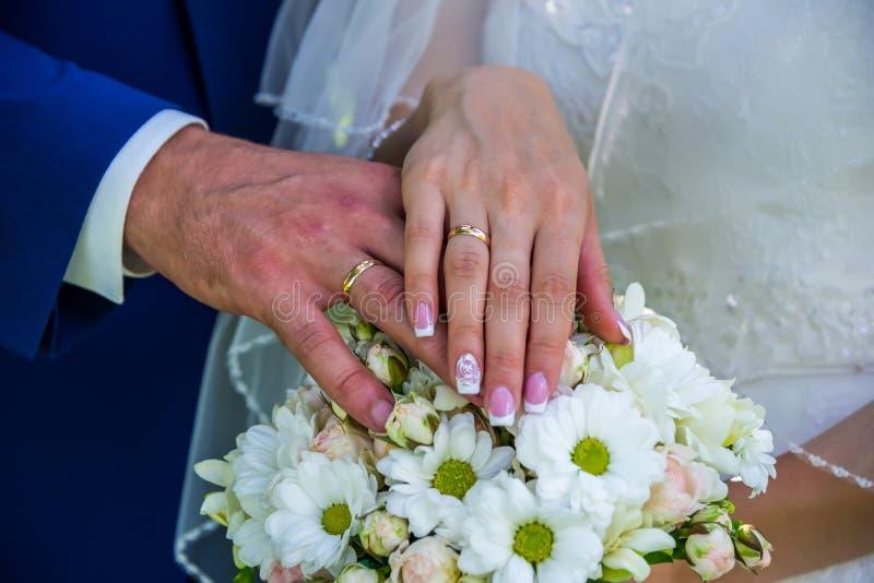 Ręki ludzie na bukiecie kwiaty obrazy royalty free