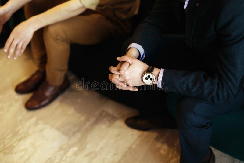 Ręki ludzie przy biznesowym spotkaniem, widownia marketingu wykład fotografia royalty free
