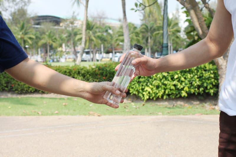 Ręki mężczyźni są dają butelce zdjęcia royalty free