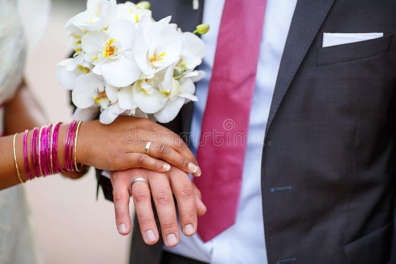 Ręki mężczyzna i kobieta z pierścionkami i tradycyjną indyjską biżuterią obraz stock