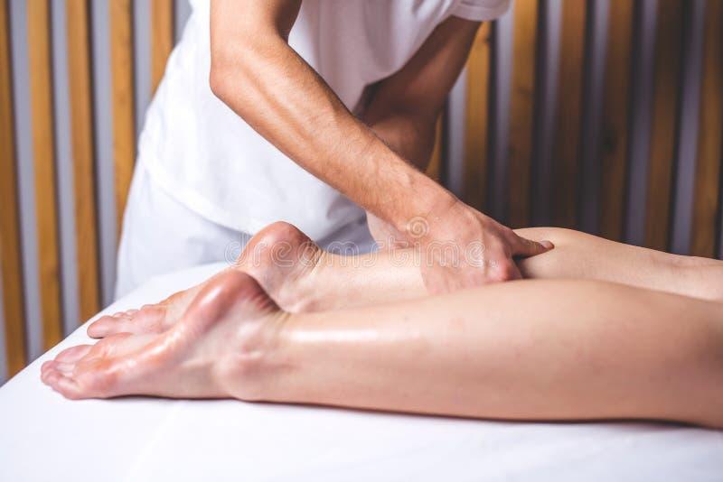 Ręki mężczyzna robią nożnemu masażowi w masażu salonie obraz stock