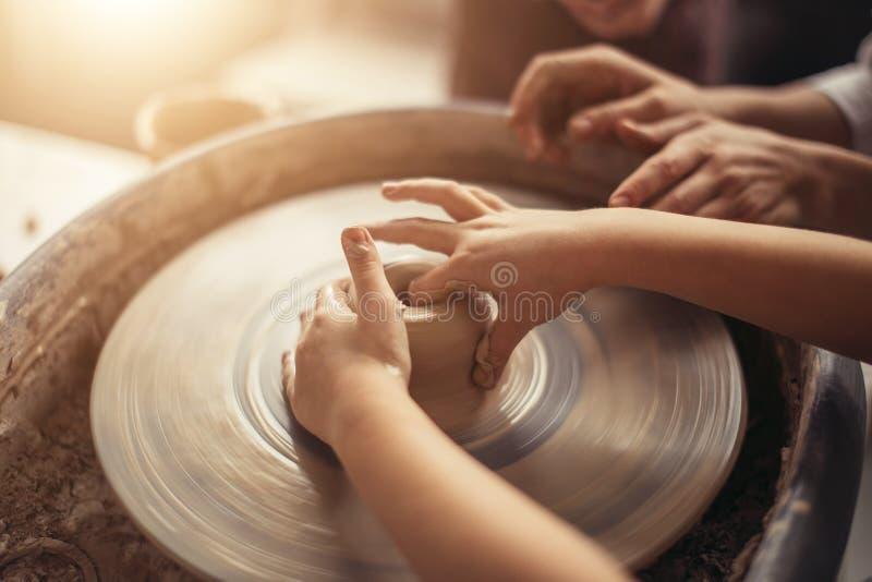 Ręki młoda garncarka, zamykają w górę ręk robić filiżanki na ceramicznym kole zdjęcie royalty free