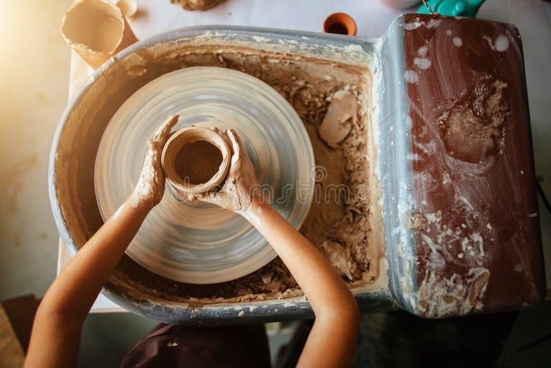 Ręki młoda garncarka, zamykają w górę ręk robić filiżanki na ceramicznym kole obrazy royalty free