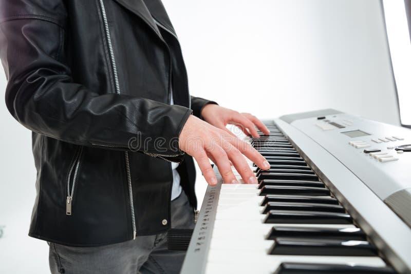 Ręki młodego człowieka bawić się na syntetyku i pozycja zdjęcie royalty free
