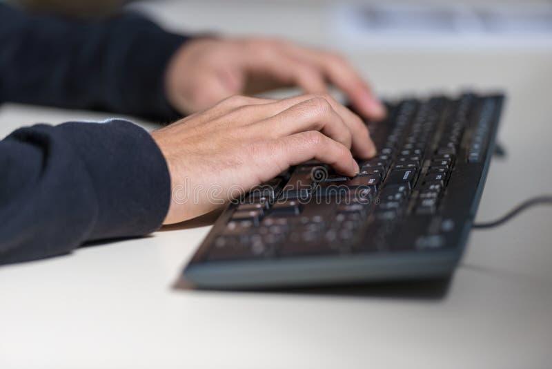 Ręki młody komputerowy sicience uczeń na komputerowej klawiaturze obraz stock