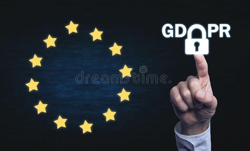 Ręki macanie na kłódce GDPR- Ogólnych dane ochrona Regulati zdjęcie stock