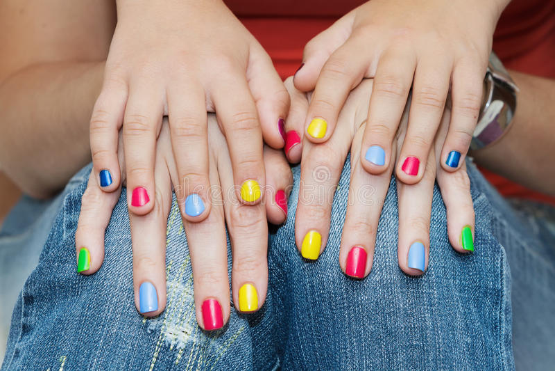 Ręki matki i córki manicure obrazy stock