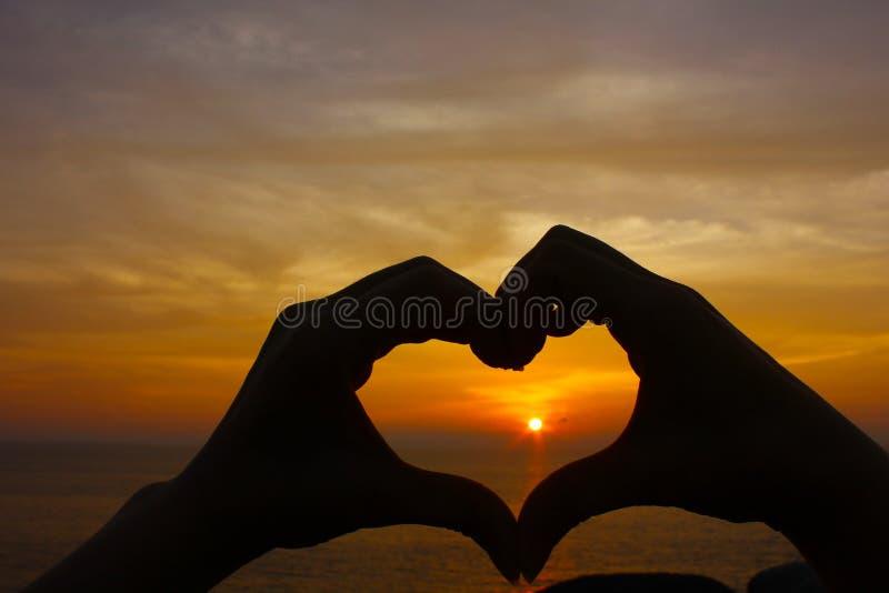 ręki miłości kształta sylwetka obrazy stock