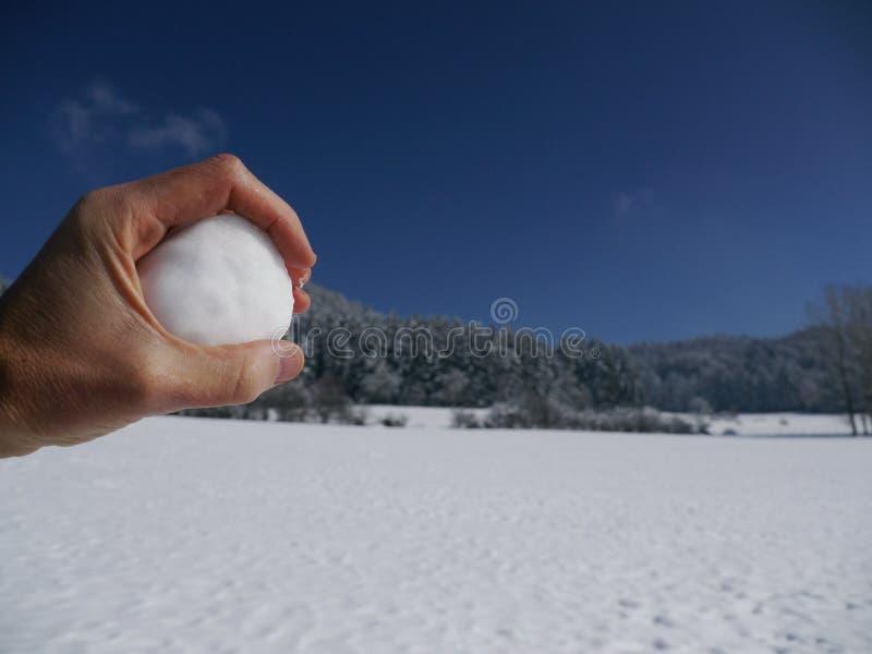 Ręki mienia śniegu piłka zdjęcia royalty free