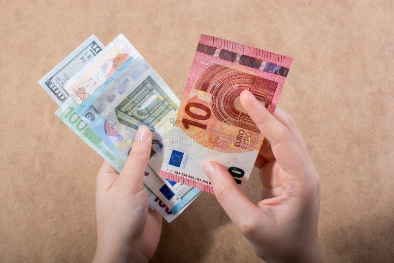 Ręki mienia Amerykański dolar na drewnianym tle zdjęcia royalty free
