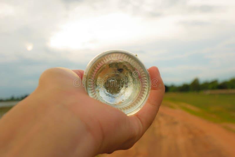 Ręki mienia butelka zdjęcia stock