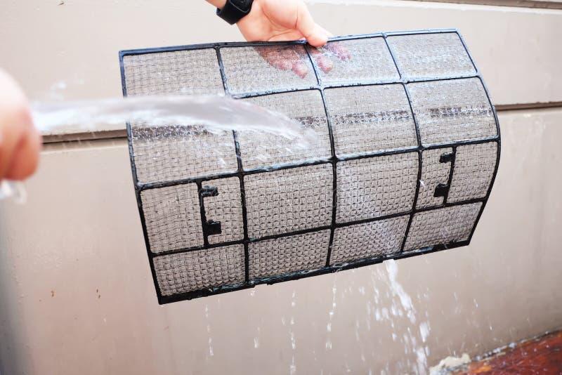 Ręki mienia conditioner brudny lotniczy filtr czyścić kiści wodą zdjęcie stock