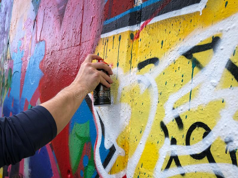 R?ki mienia graffiti mog? opryskiwanie na ?cianie zdjęcia stock