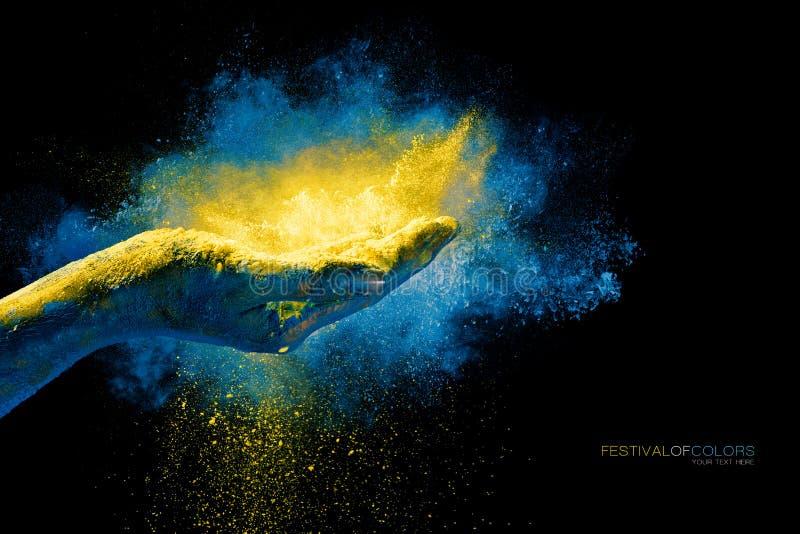 Ręki mienia holi żółty proszek nad wybuchem kolor fotografia royalty free