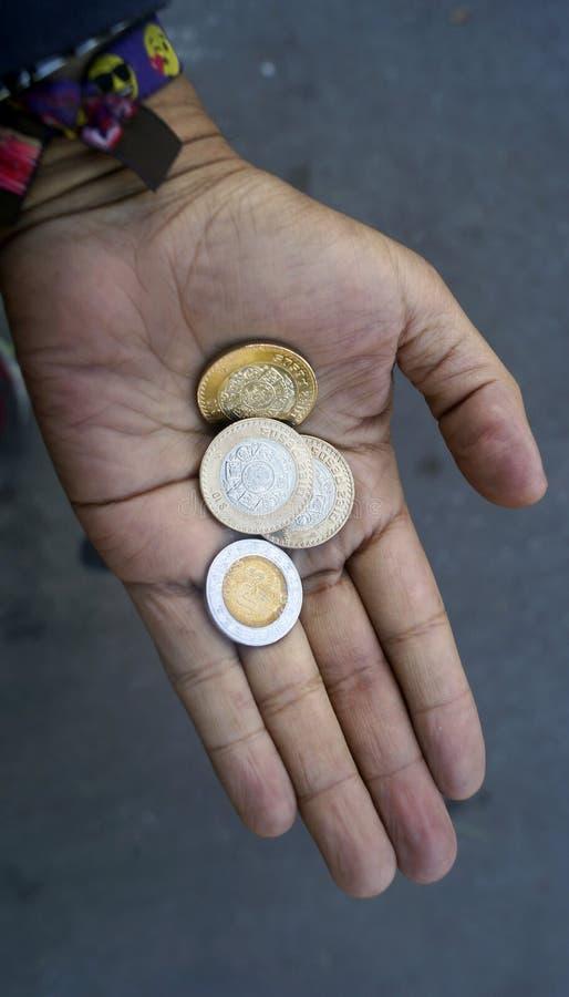 Ręki mienia meksykanina monety fotografia stock