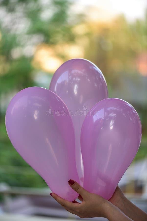 Ręki mienia menchii żeńscy baloons obraz royalty free