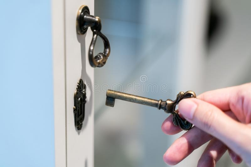 Ręki mienia metalu rocznika klucz otwierać fotografia stock
