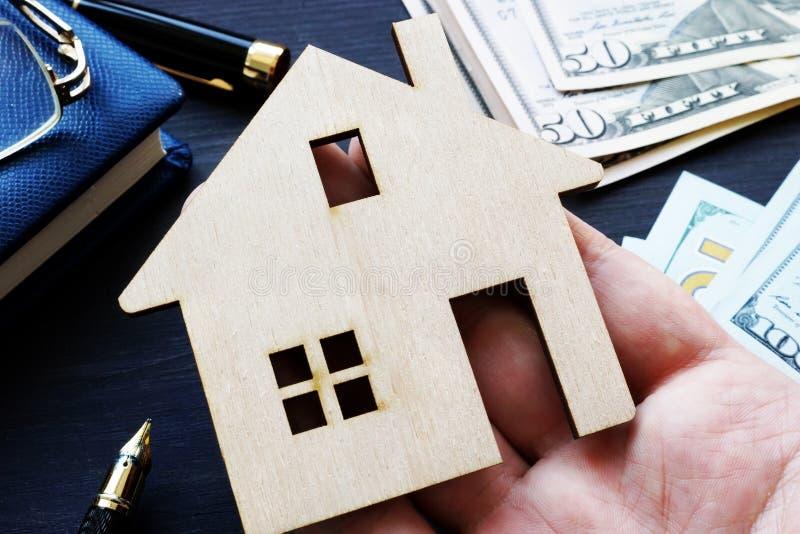 Ręki mienia model dom Kupienie hipoteka lub własność zdjęcie stock