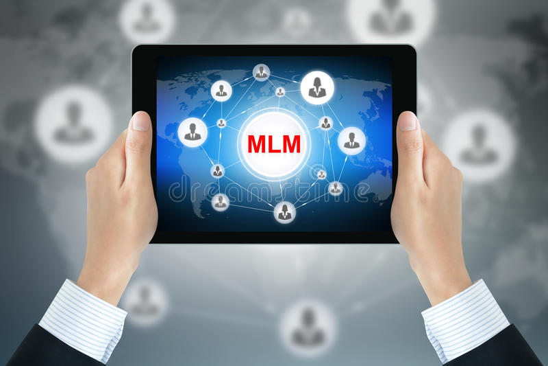 Ręki mienia pastylki komputer osobisty z MLM znakiem (Wielo- Równy marketing) ilustracja wektor