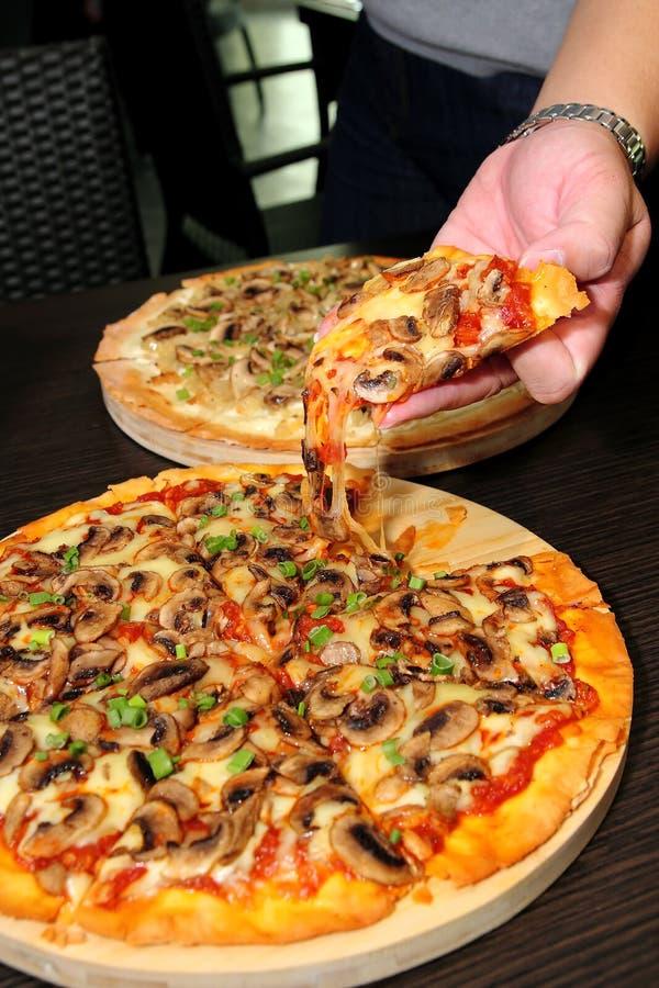 ręki mienia pizza fotografia stock