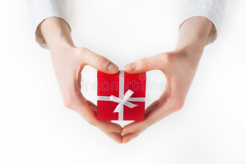 Ręki mienia pudełko dla prezenta odizolowywającego na bielu zdjęcia stock