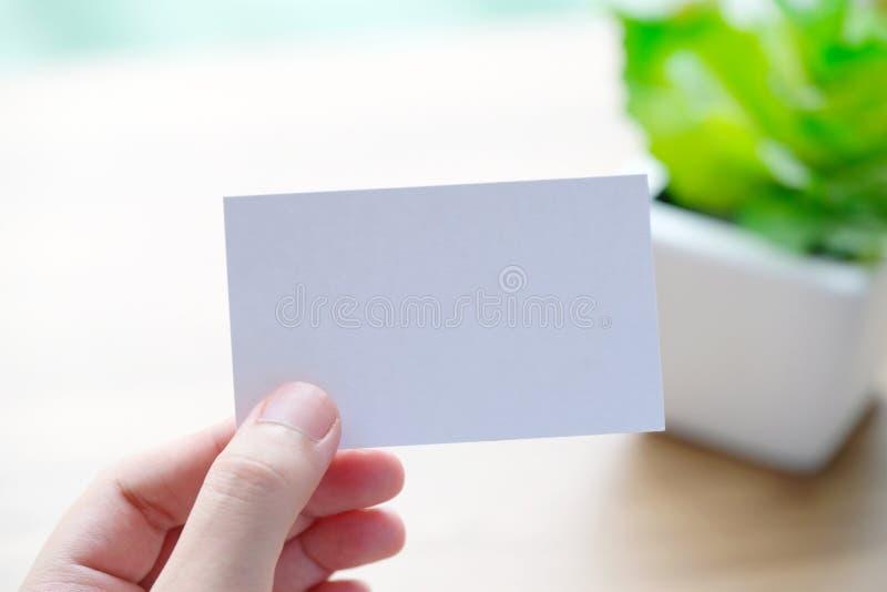 Ręki mienia pusta biała wizytówka z kopii przestrzenią dla teksta, zdjęcia royalty free