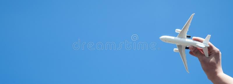 R?ki mienia samolotu model przed niebieskiego nieba t?em Podr?? obraz royalty free