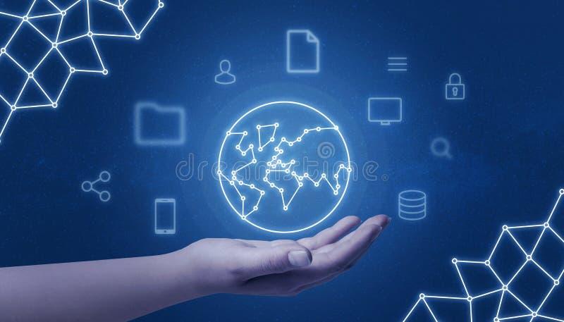Ręki mienia sieci pojęcia światowa mapa otaczająca z internetem rzeczy ikony na błękitnym tle obrazy stock