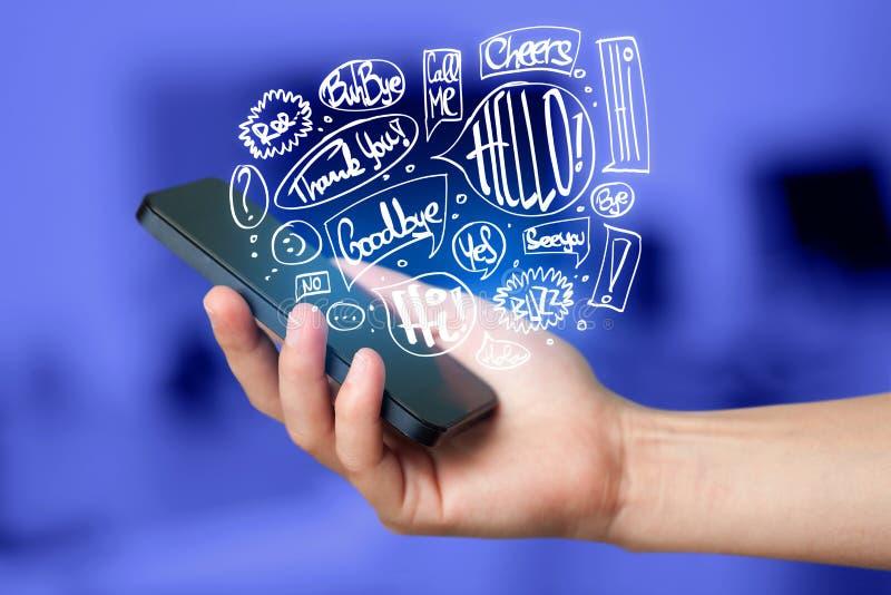 Ręki mienia telefon z ręka rysującą mową gulgocze zdjęcie stock