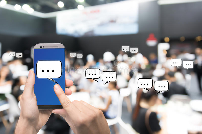 Ręki mienia telefonu komórkowego seansu gadki wiadomość gdy Żywy przez soc obraz royalty free