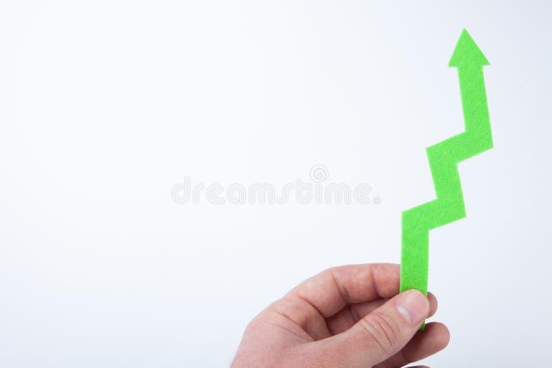Ręki mienia zieleni strzała w górę odosobnionego na białym tle kosmos kopii obraz stock