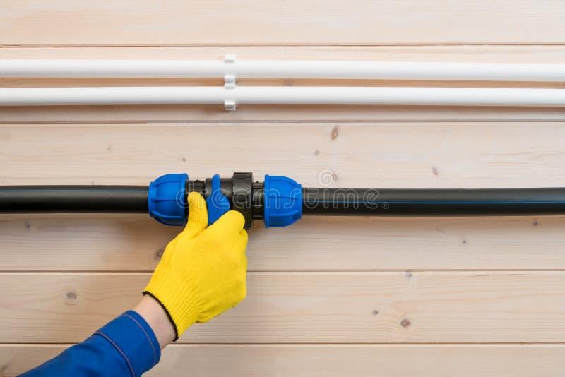 Ręki mistrzowski blok dostawa wody drymba dla naprawy obrazy stock
