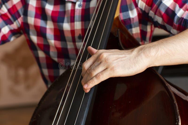 Ręki muzyk bawić się na kontrabasowym zbliżeniu obrazy royalty free