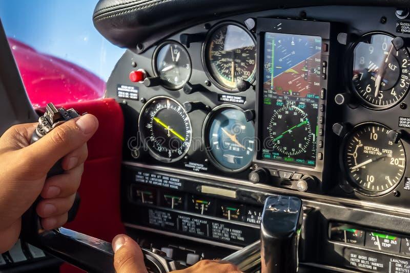 Ręki na kiju w samolot kabinie Podczas rejsu lota obrazy royalty free