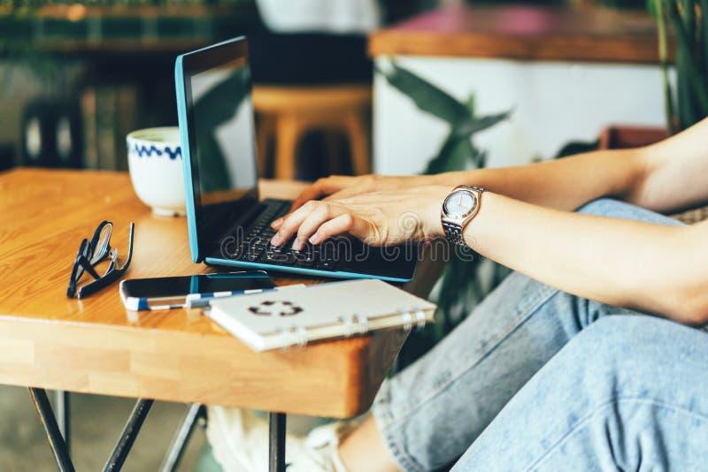 Ręki na klawiaturze w kawiarni obrazy stock