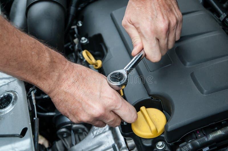 Ręki naprawia samochodowego silnika z wyrwaniem obrazy royalty free