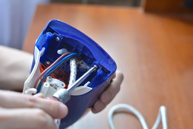 Ręki naprawy żelazo Pojęcie: domowego urządzenia naprawa, remontowe usługi obraz stock