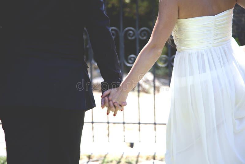 Ręki nowożeńcy obrazy stock
