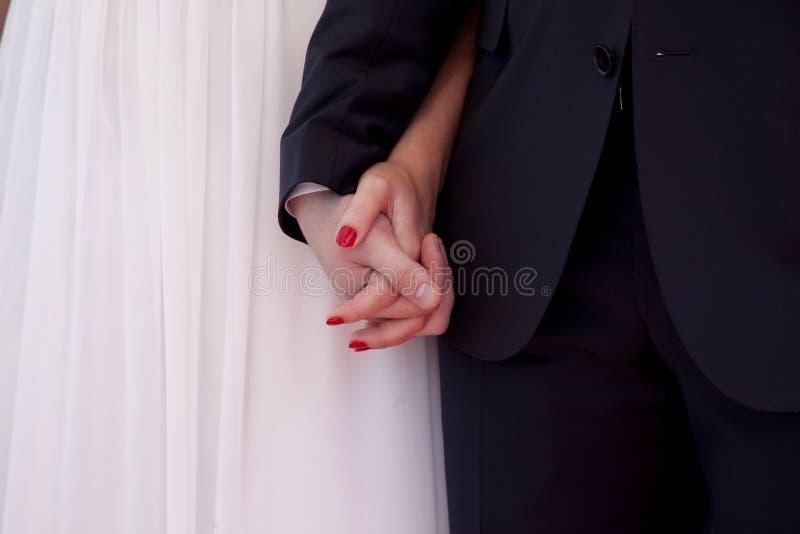 Ręki nowożeńcy obrazy royalty free