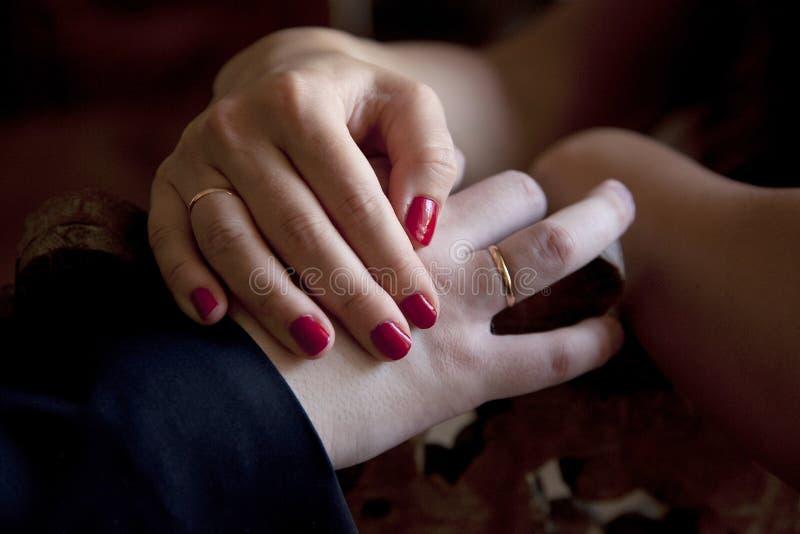 Ręki nowożeńcy obraz stock