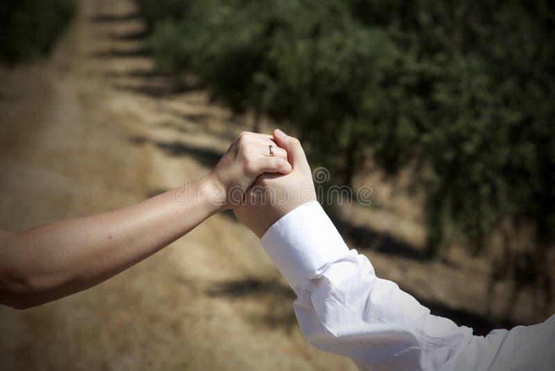 Ręki nowożeńcy zdjęcia royalty free